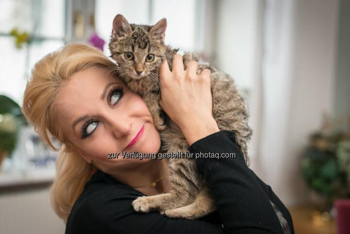 Kathrin Menzinger, Kätzchen Cookie : Mit Felix entdecken was Katzen zuhause machen : Felix möchte nun gemeinsam mit Katzenbesitzern das Geheimnis lüften und ruft Katzenbesitzer auf, sich für Beobachtungskamera-Sets zu bewerben : Diese speziellen Kameras zeichnen nur auf, wenn die Tiere allein zu Hause sind und halten fest, was sie in unbeobachteten Momenten anstellen : Fotocredit: Purina PetCare Austria/ Doron Nadav Life Group OG