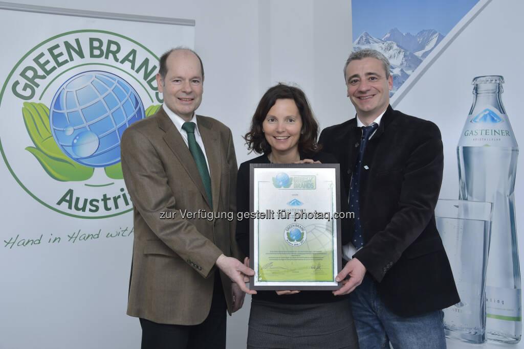 Norbert Lux (COO der Green Brands Organisation), Jutta Mittermair und Michael Fischer (Gasteiner) : Gasteiner erneut als Green Brand Austria ausgezeichnet : Fotocredit: Gasteiner/Fischbacher, © Aussendung (31.03.2016)