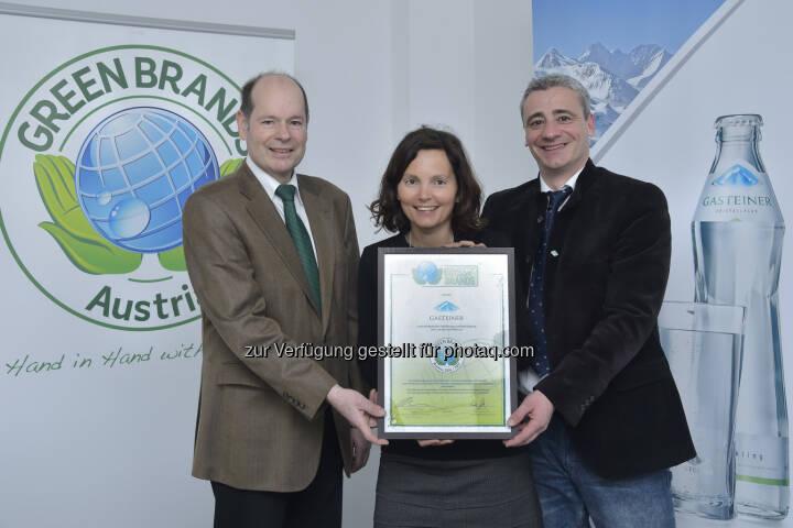 Norbert Lux (COO der Green Brands Organisation), Jutta Mittermair und Michael Fischer (Gasteiner) : Gasteiner erneut als Green Brand Austria ausgezeichnet : Fotocredit: Gasteiner/Fischbacher