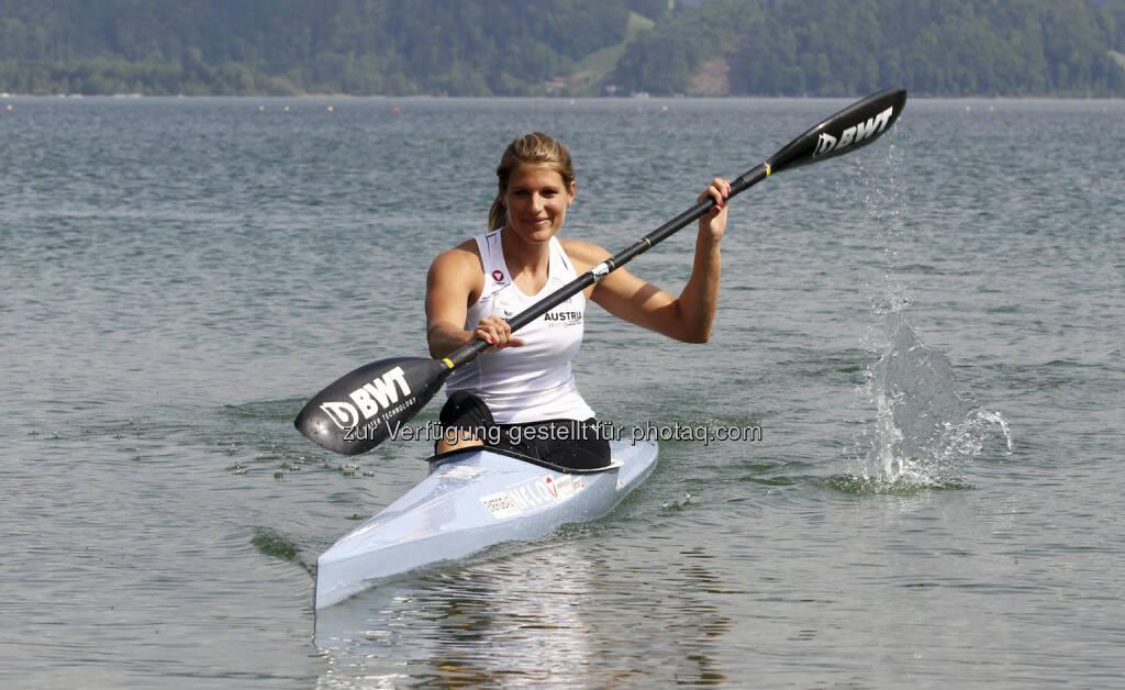 Victoria Schwarz mit BWT-Paddel (c) BWT) (15.12.2012)
