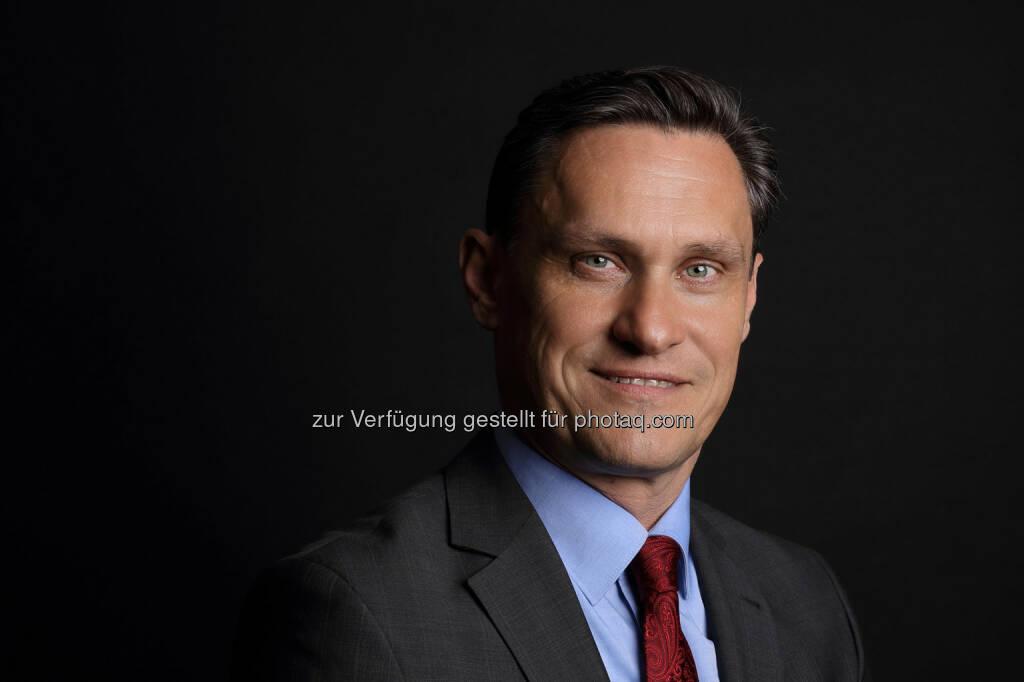 Eigentümer Walter Huemer übergibt Geschäftsführung der Huemer iT-Solution an Martin Katzer (C) Gerhard Svagera, © Aussender (06.04.2016)