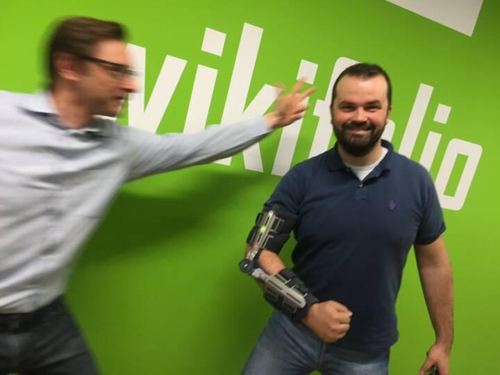 Passt zur kommenden Fintech-Nummer: wikifolio-Gründer Andreas Kern versucht Robo-Advisor Stefan Greunz zu fassen