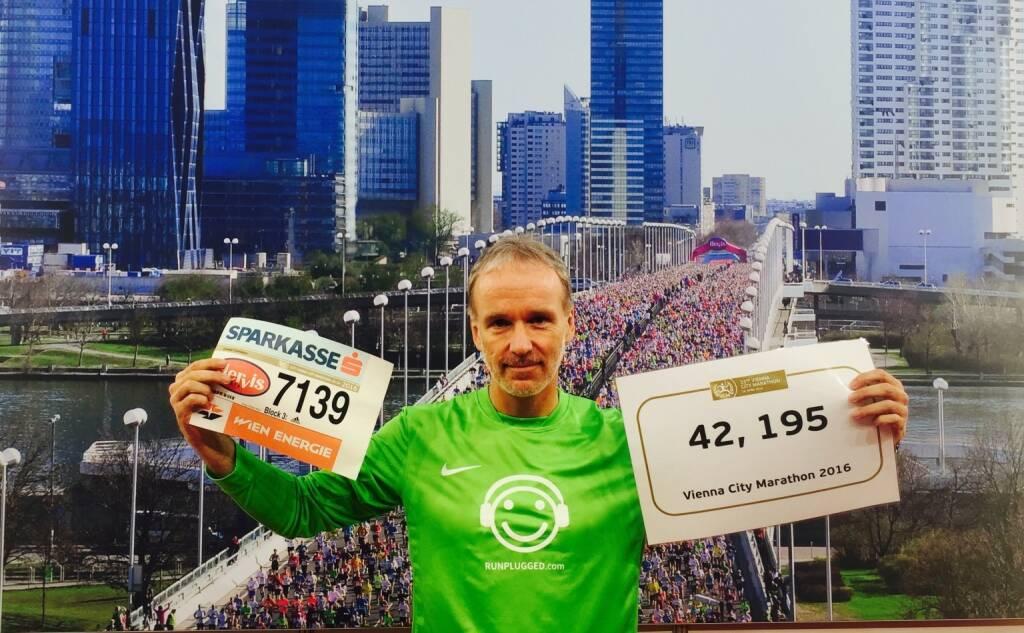 Christian Drastil, Startnummer 7139, das 42,195 Schild wollte ich vor dem Race nicht zeigen, hatte doch Respekt (10.04.2016)