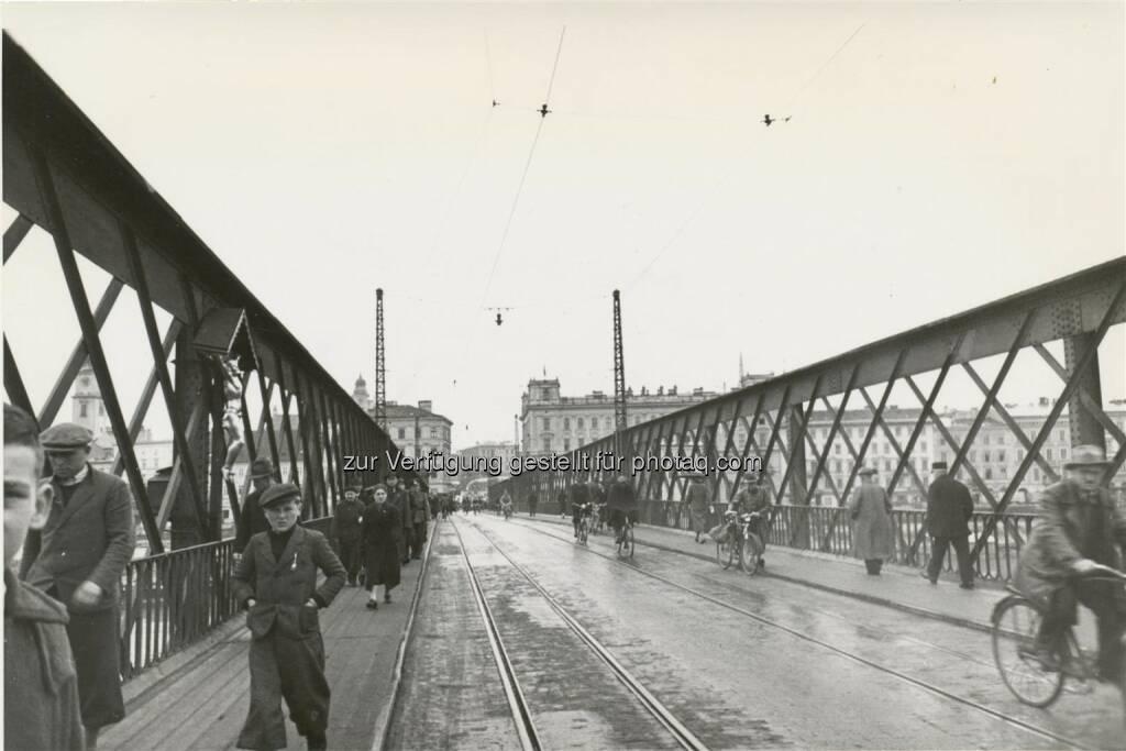 """Linz, Eisenbrücke, um 1934 : Nordico : Ausstellung """"Klick! Linzer Fotografie der Zwischenkriegszeit. Von Berufsfotografen, Amateuren und Knipsern""""  (15.4.–11.9.2016) : Fotocredit: Nordico Stadtmuseum Linz, © Aussender (12.04.2016)"""