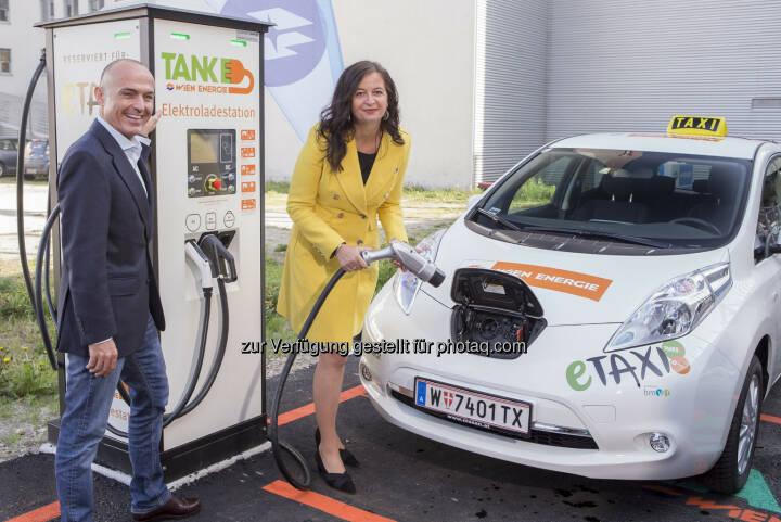 Gerald Klug (Bundesminister), Ulli Sima (Stadträtin) : eTaxis jetzt auf Wiens Straßen unterwegs : Fotocredit: PID/Christian Houdek