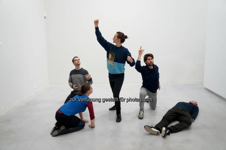 """Alexandra Pirici & Manuel Pelmus, """"Public Collection"""", Performance © the artist : Kunst wird lebendig : Verkündung des neuen Programms von BMW Tate Live : Dreiwöchiges Live-Art-Programm in der Tate Modern mit Eröffnung des neuen Gebäudes : © BMW Group"""