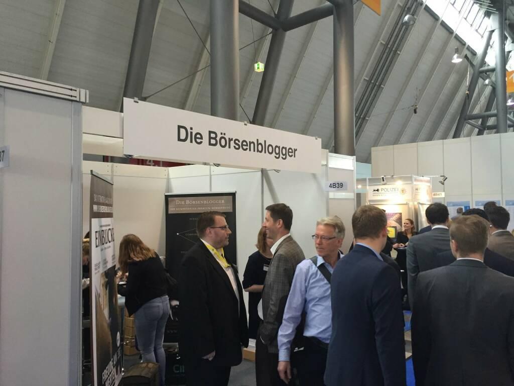 Die Börsenblogger in Stuttgart mit Polizeischutz rechts (15.04.2016)