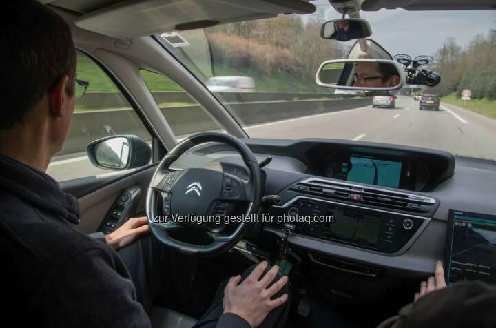 Fahren im Eyes-off-Modus : Im Eyes-off Modus - hochautomatisiert – fahren zwei autonome Fahrzeuge der Groupe PSA von Paris nach Amsterdam : Fotocredit: Groupe PSA
