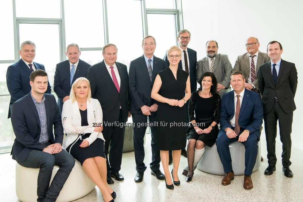 Leo Jindrak (Spartenobmann Gewerbe & Handwerk), Bernhard Aichinger (JW-Vorsitzender), Viktor Sigl (LT-Präsident), Angelika Winzig (NR), Rudolf Trauner (WKOÖ-Präsident), Christoph Leitl (Präsident), Doris Hummer (WB-Landesobfrau, LAbg.), Michael Strugl (Landesrat), Margit Angerlehner (FidW-Landesvorsitzende), Georg Spiegelfeld, Wolfgang Greil (WB-Direktor), Laurenz Pöttinger (WB-Bezirksobmann), Alfred Frauscher (LAbg.) : 23. Landestag mit WBOÖ-Neuwahl in der Linzer Bruckner-Privatuniversität : 98,4 Prozent Zustimmung für Leitl-Nachfolgerin Doris Hummer : Fotocredit: WB/Laresser, © Aussender (17.04.2016)