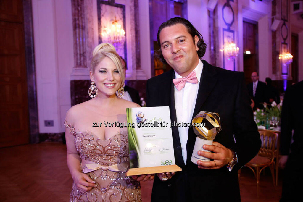 Christina Weidinger mit einem Preisträger - http://www.se-award.org, © se-award (12.04.2013)