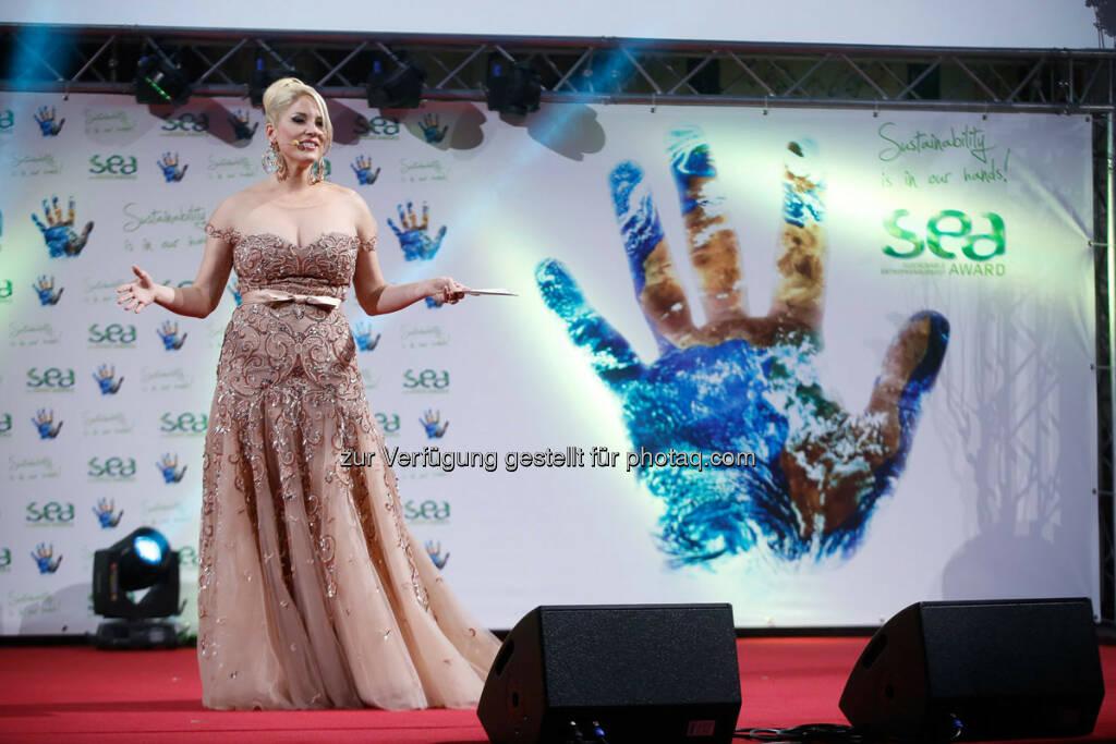 Christina Weidinger und die sea-Hand http://www.se-award.org, © se-award (12.04.2013)