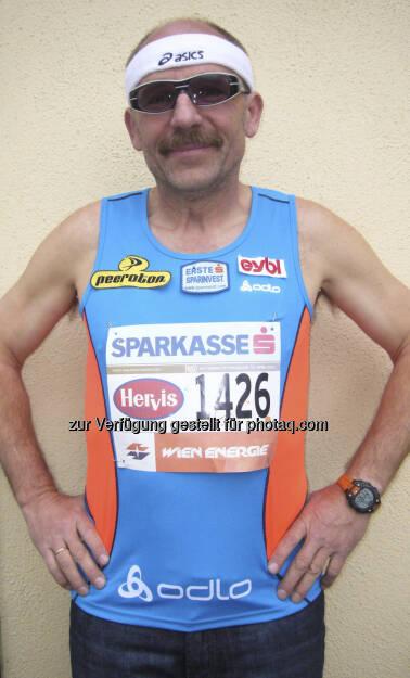 ESPA-Vorstand Franz Gschiegl zum 30. Mal beim Vienna-City-Marathon: Nach dem Marathon ist vor dem Marathon. Nur eine kleine Schar von 10 verwegenen Läufern sind dabei im exklusiven Club 1223,67, wo nur jene Mitglied sind, die alle bisherigen 29 Wien-Marathons beendet haben und damit eben diese 1223,67 Kilometer allein in der Bundeshauptstadt rennmäßig bewältigt haben.   (12.04.2013)