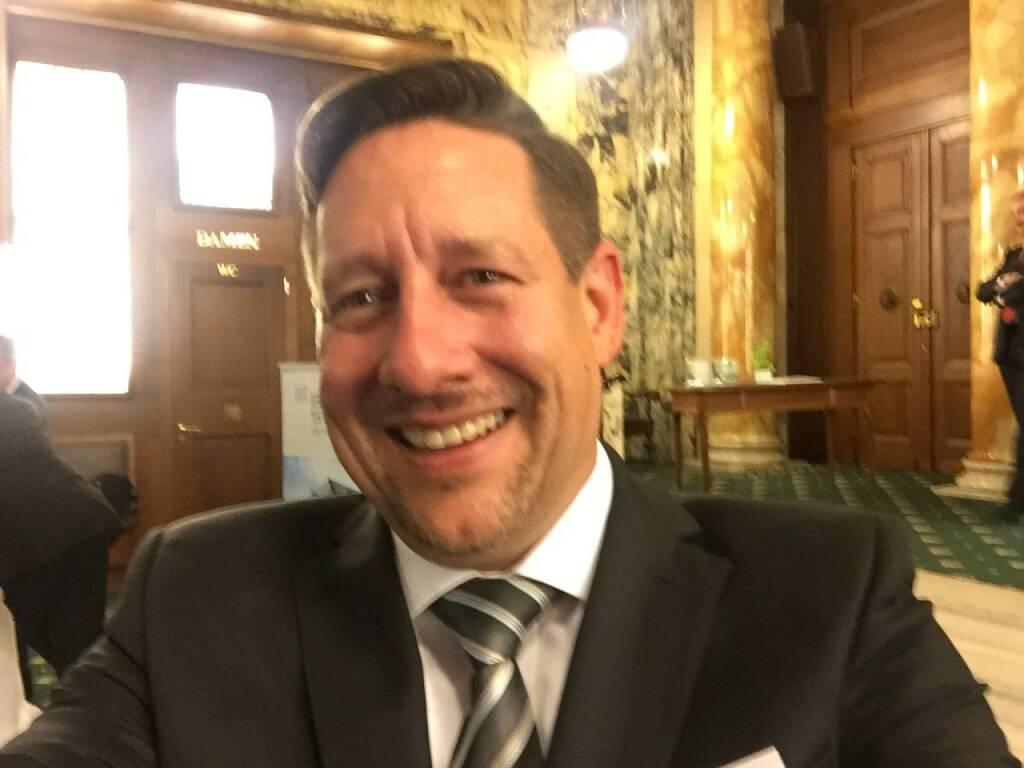 Florian Claus Selfie, ZertifikateBörse in Frankfurt   (22.04.2016)