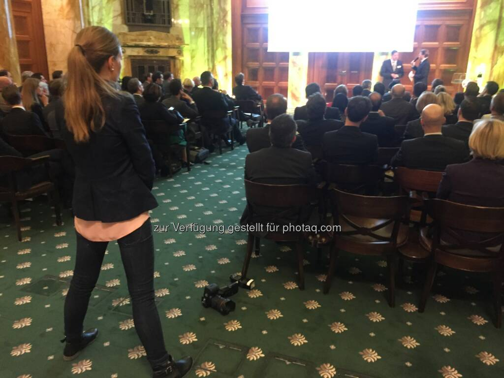 Zertifikate Award Austria 2016 im Oktogon , 34 Selfies von Teilnehmern unter http://www.photaq.com/page/index/2469, © Aussendung (22.04.2016)