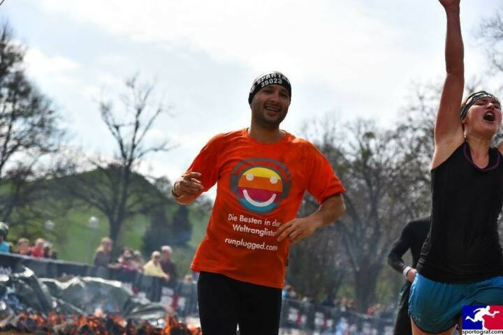 Yes! Christoph Wipplinger vom Runplugged-Partner smn Investment Services, im Runplugged Laufkundschaft Shirt beim Spartan Race in München