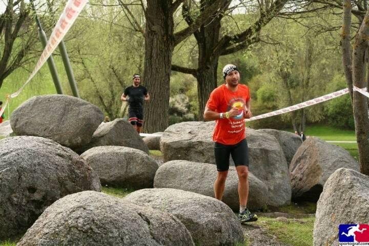 Steine: Christoph Wipplinger vom Runplugged-Partner smn Investment Services, im Runplugged Laufkundschaft Shirt beim Spartan Race in München