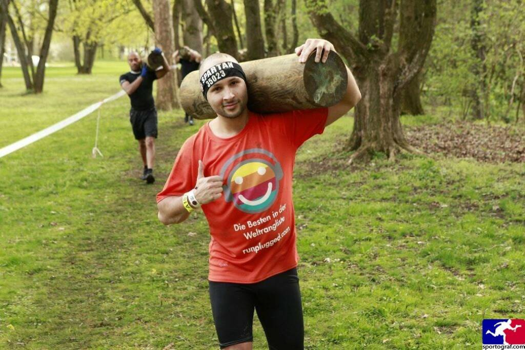 Holz: Christoph Wipplinger vom Runplugged-Partner smn Investment Services, im Runplugged Laufkundschaft Shirt beim Spartan Race in München (22.04.2016)