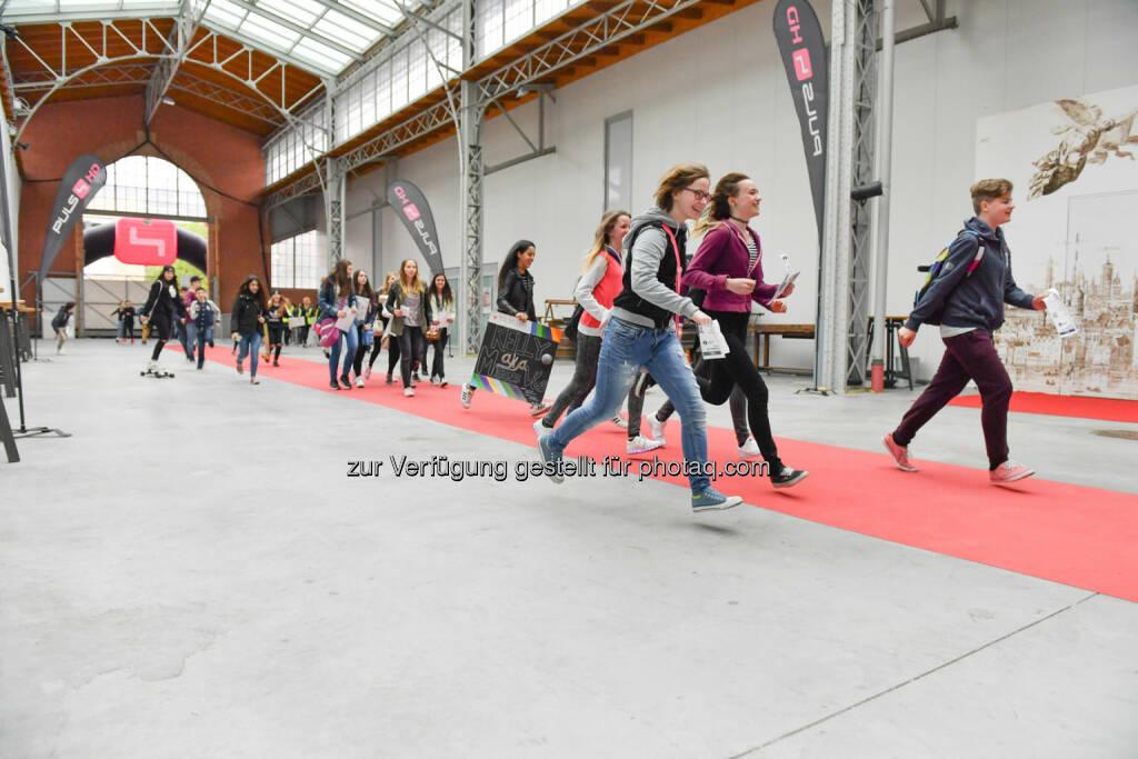 Kreischende, laufende Fans am Weg zu ihren Idolen beim ProSieben Sat.1 Puls 4 und Studio71 Influencer-Fantreffen, © (c) Matthias Buchwald (24.04.2016)