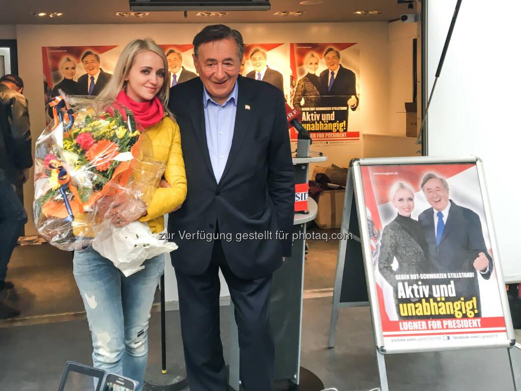 Cathy und Richard Lugner : Lugners Wahlschlusskundgebungsmarathon in Wien: 1.000 Besucher am Stephansplatz  : Österreich zurück an die Spitze der EU bringen : Fotocredit: Büro Lugner, © Aussender (24.04.2016)