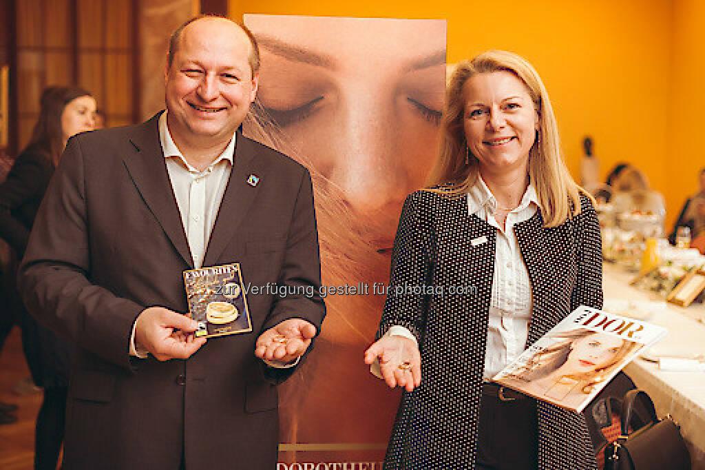 Hartwig Kirner (GF Fairtrade Österreich), Karin Saey (Leiterin Dorotheum Juwelier und Galerie) : Dorotheum Juwelier - Fairtrade zertifiziertes Gold erstmals in Österreich : Fotocredit: www.goodlifecrew.at/Lipiarski, © Aussender (03.05.2016)