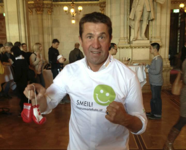 Boxing Smeil! Conny König, 8-maliger österreichischer Meister im Boxen, im finanzmarktfoto.at-Shirt