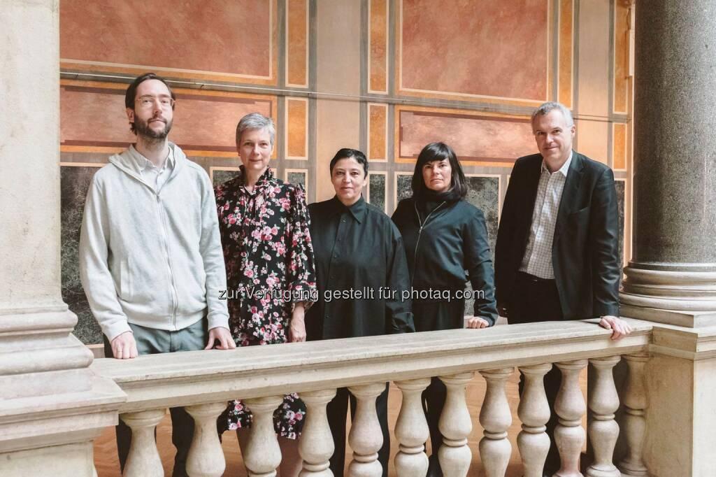 Andreas Fogarasi (Künstler, Wien), Catrin Lorch (Kunstkritikerin, Süddeutsche Zeitung, München), Beatrix Ruf (Vorsitzende der Jury; Direktorin, Stedelijk Museum Amsterdam), Gabu Heindl (Architektin, Wien), Christoph Thun-Hohenstein (Direktor, MAK, Wien) : Die Jury - MAK-Schindler-Stipendien für das Studienjahr 2016/2017 vergeben : Fotocredit: Aslan Kudrnofsky/MAK, © Aussendung (04.05.2016)