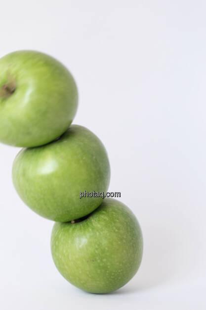 Der Apfel fällt nicht weit vom Stamm, 3 grüne Äpfel, gestapelt, © Martina Draper (14.04.2013)
