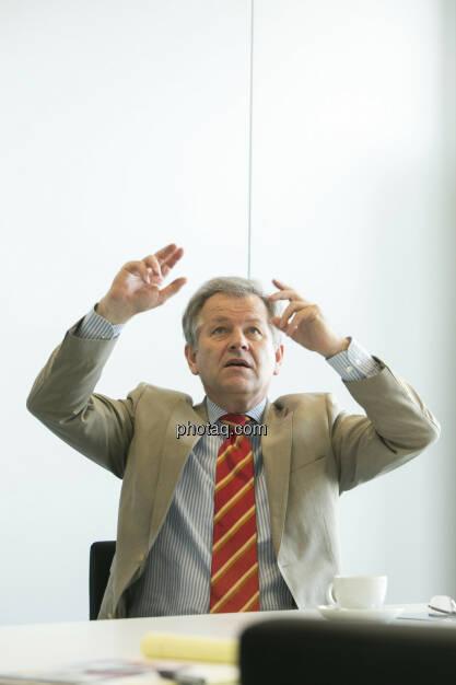 Eduard Zehetner (Immofinanz), zeigt nach oben, © Martina Draper (15.12.2012)
