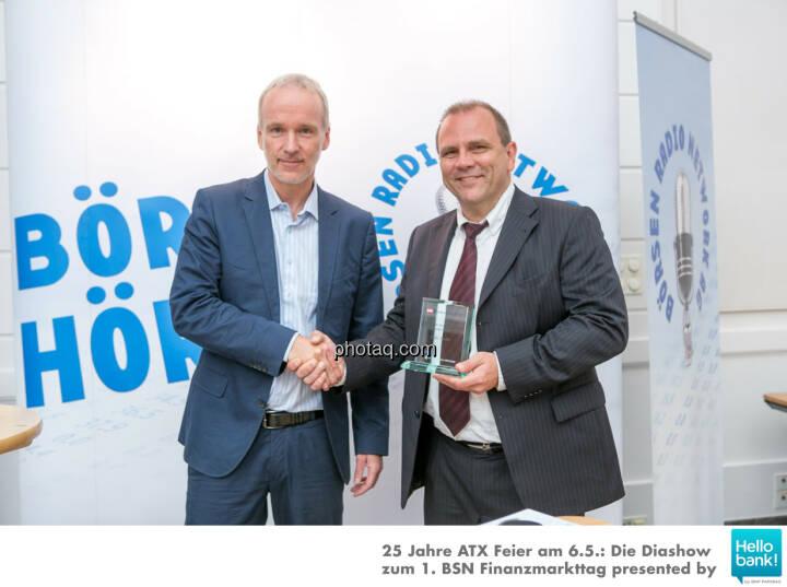 Christian Drastil (BSN) gratuliert Michael Laufenberg (Oddo Seydler) zum Number One Award 2015: Grösster ausländischer Market Maker an der Wiener Börse