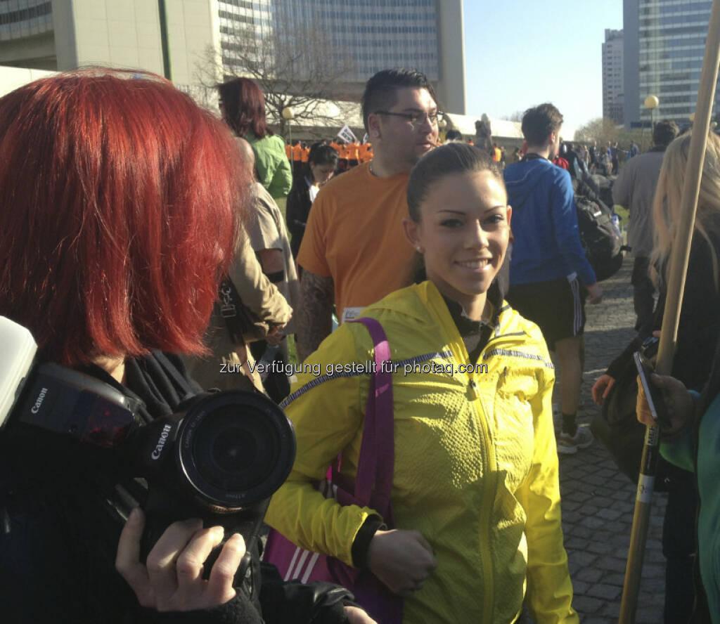 Katharina Schiffl mit einer miss-Leserin (die schnell ausschaut) beim Start (14.04.2013)