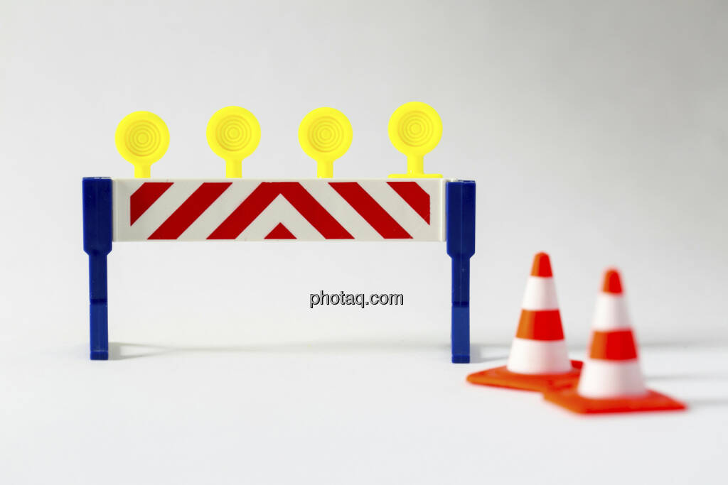 Sperrgebiet, Zaun mit Warnleuchten, 2 Verkehrshütchen, © Martina Draper (14.04.2013)