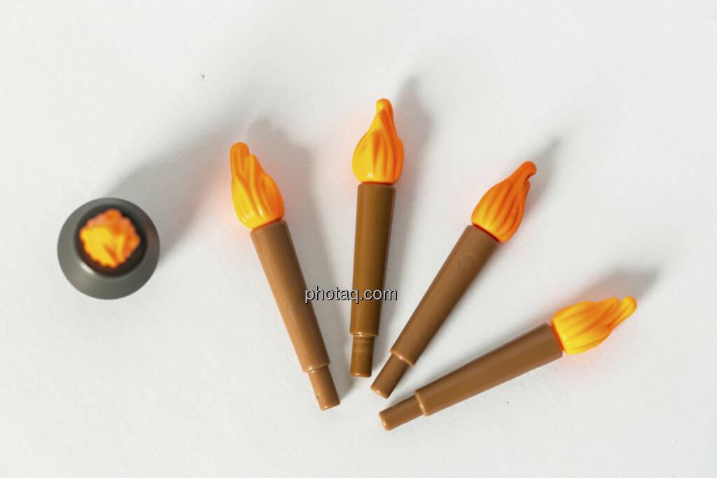 Wie ein Lauffeuer verbreiten, Feuerschale, 4 Fackeln, Spielzeug, © Martina Draper (14.04.2013)