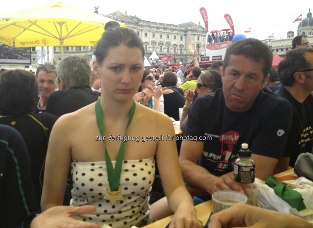 Conny x2: Cornelia Daniel und Konrad König warten auf die Staffelzeiten - Vienna City Marathon 2013 (14.04.2013)