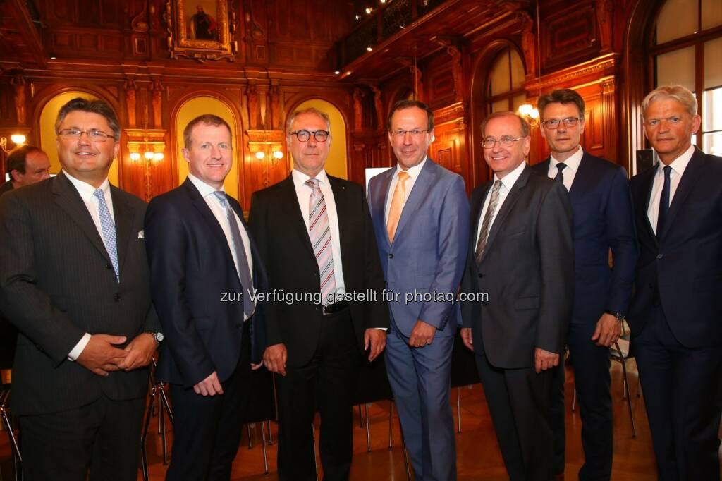 """Karl-Heinz Strauss (Vorstandsvors, Porr AG), Stefan Graf (GF Leyrer+Graf Baugesellschaft m.b.H.), Wilhelm Reismann (Leitung der Arbeitskreise in ÖIAV und ÖBV), Wolfgang Gleissner (GF BIG Bundesimmobiliengesellschaft m.b.H.), Alois Schedl (Vorstand Asfinag AG), Peter Krammer (Vorstand Strabag SE), Franz Bauer (Vorstand ÖBB-Infrastruktur AG) : """"Planen.Bauen.Betreiben 4.0 – Arbeit.Wirtschaft.Export"""" : Top-Entscheidungsträger skizzieren und diskutieren bei Auftaktveranstaltung die digitale Zukunft der Baubranche : Fotocredit: Unique Relations/APA-Fotoservice/Schedl, © Aussender (10.05.2016)"""