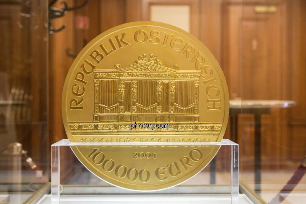 1000-Unzen-Münze Wiener Philharmoniker mit einem Nennwert von € 100.000,-- und einem Gewicht von 31,103 kg, Auflage: 15 Stück weltweit, © finanzmarktfoto.at/Martina Draper (15.04.2013)