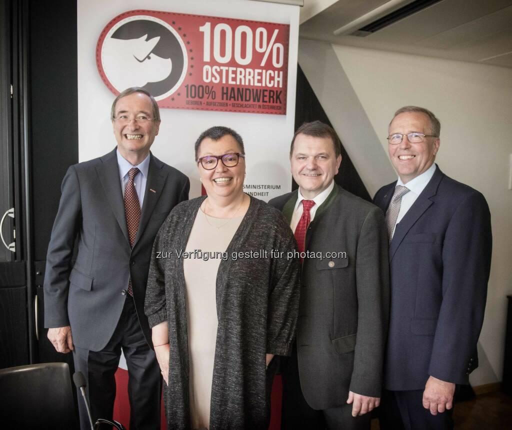 """Christoph Leitl (WKÖ-Präsident), Sabine Oberhauser (Gesundheitsministerin), Willibald Mandl (Stv. Bundesinnungsmeister Lebensmittelgewerbe), Rudolf Menzl (Innungsmeister der Fleischer) : Präsentation Frischfleisch-Logo """"100% Österreich"""" : Fotocredit: BMG/Trippolt, © Aussender (11.05.2016)"""
