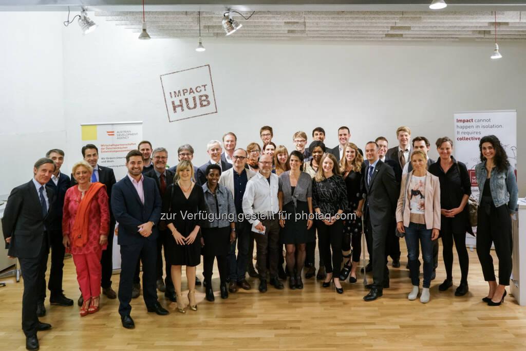 Gruppenbild mit Siegern Social Entrepreneurship Challenge der Austrian Development Agency/ADA : 15 Siegerprojekte in 20 Ländern und viel Innovation : Fotocredit: Impact Hub Vienna/Kai Wichmann, © Aussendung (11.05.2016)