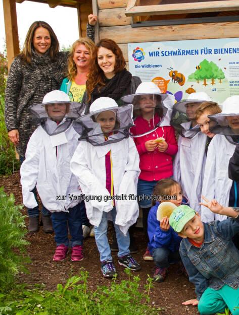 """Vera Russwurm und die Volksschule Sattledt zu Gast im Hofer-Bienenhotel : """"Mit dem Bienenschutz kann man nicht früh genug beginnen"""" : Fotocredit: Hofer, © Aussender (12.05.2016)"""