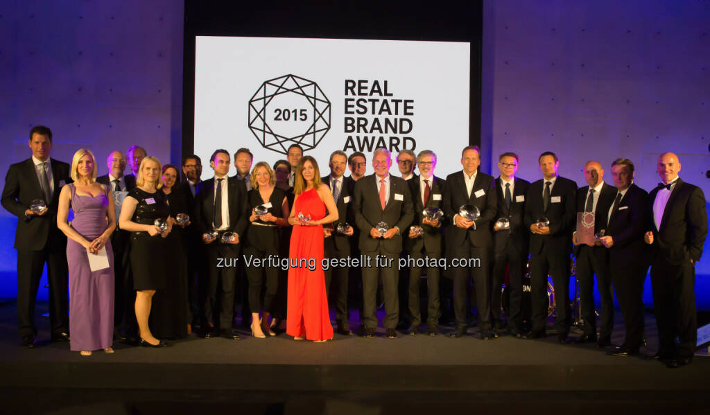 Gruppenfoto EUREB Gewinner : Barbara Lipka (Marketing Berlin) nahm für die Buwog Group den Real Estate Brand Award entgegen : Fotocredit: © EUREB Institute, © Aussendung (12.05.2016)