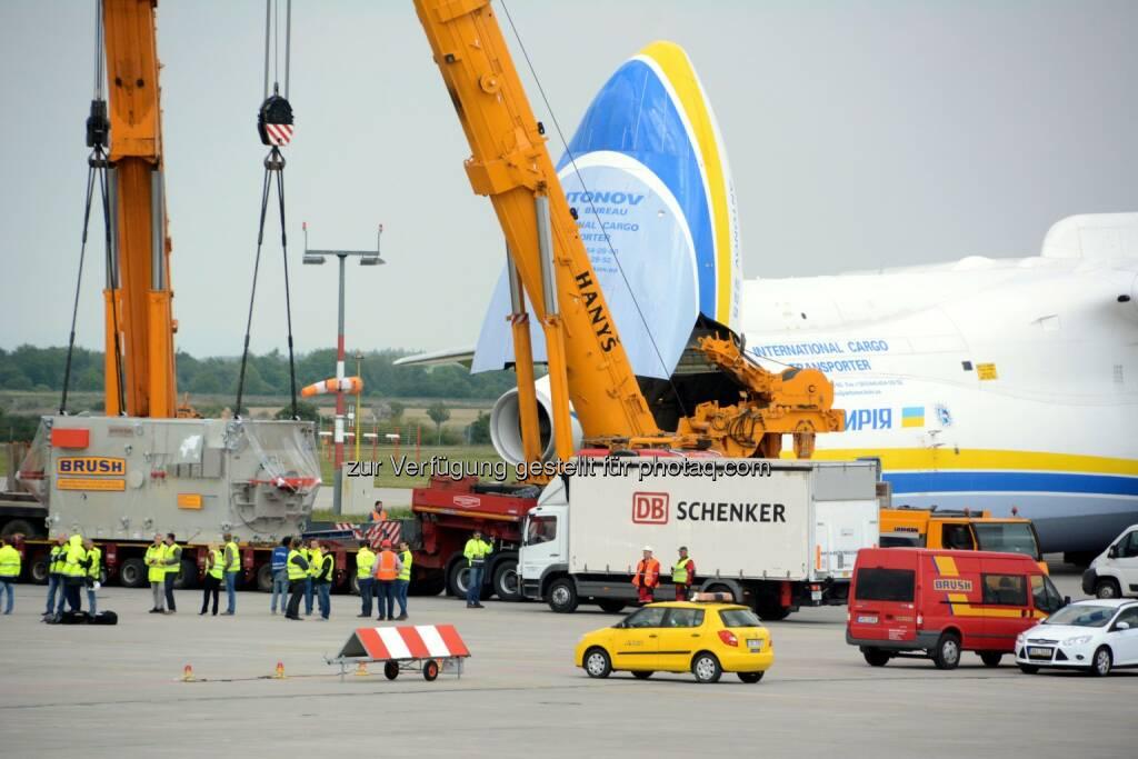 Antonow-225 Mryia, Verladung in Prag : Größtes Flugzeug der Welt mit 117 Tonnen-Generator erstmals in Australien - DB Schenker bringt XXL-Ladung von Prag nach Perth : Fotocredit: DB Schenker, © Aussendung (17.05.2016)
