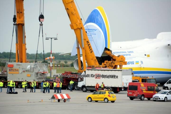 Antonow-225 Mryia, Verladung in Prag : Größtes Flugzeug der Welt mit 117 Tonnen-Generator erstmals in Australien - DB Schenker bringt XXL-Ladung von Prag nach Perth : Fotocredit: DB Schenker