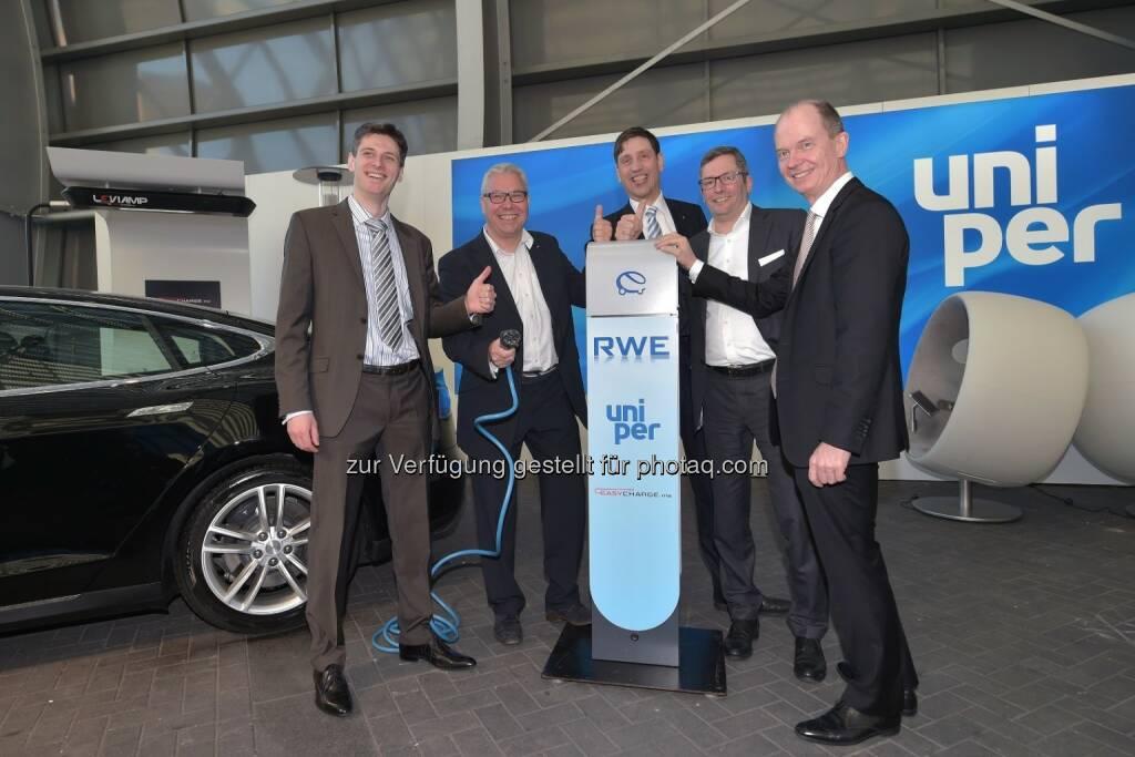 Artur Sychov (CEO von Easycharge.me), Dirk Sasson (Stadtwerke Neumünster), Norbert Verweyen (GF RWE Effizienz), Ulrich Danco (Leiter Großkundenvertrieb Uniper), Dietrich Gemmel (GF RWE Effizienz) : Elektroautos fördern – Ladepunkte schaffen : Fotocredit: RWE Effizienz, © Aussendung (24.05.2016)