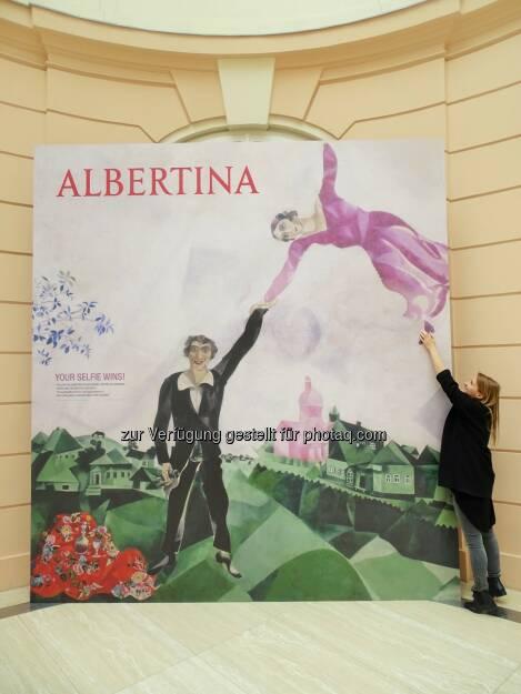 "Selfie mit Marc Chagalls ""Spaziergängern"" : Albertina - Russian Social Special : Mit dem Selfie gratis ins Museum : Fotocredit: Albertina, Wien, © Aussendung (24.05.2016)"