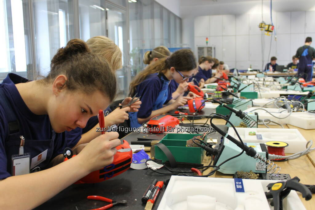 Karosseriegestaltung BMW i3 Soundanlage : BMW Group begeistert Mädchen für technische Berufe : Technik Camp 2016 bei der BMW Group : ©BMW Group, © Aussendung (01.06.2016)