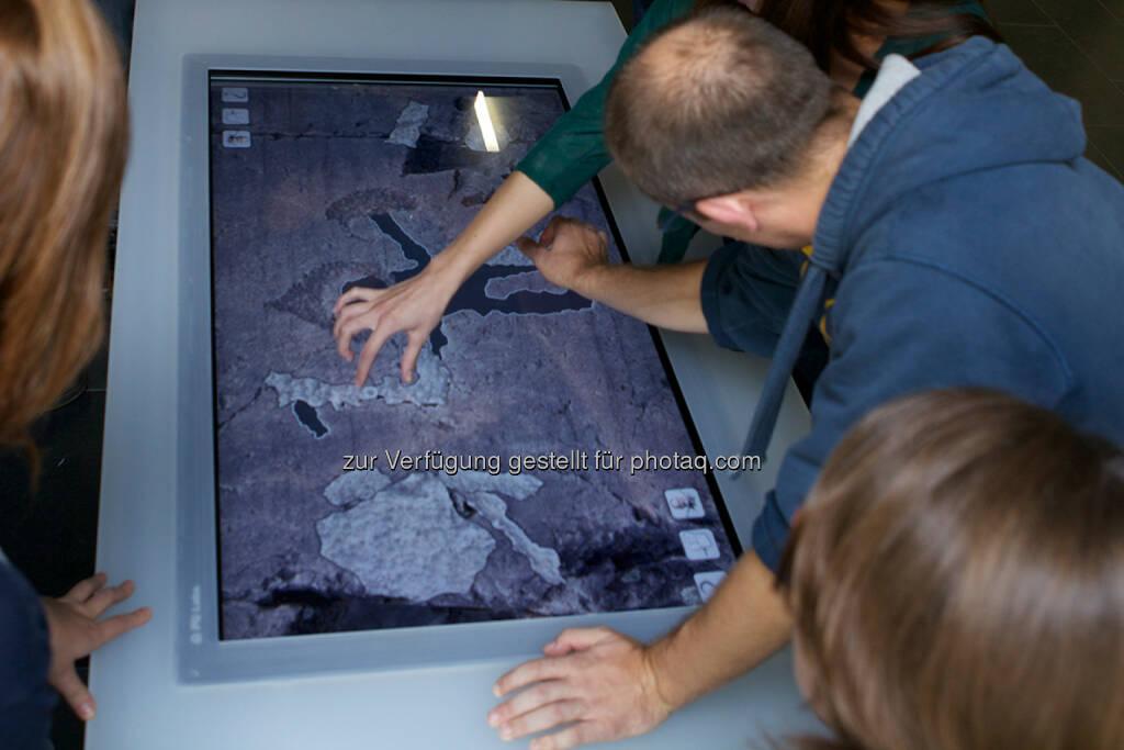 Pitoti auf dem Touchscreen : Europa-Nostra-Award für Projekt Pitoti : Archäologie-Medientechnik-Projekt der Fachhochschule St. Pölten mit Weltkulturerbe-Preis ausgezeichnet : Fotocredit: FH St. Pölten/Grubinger, © Aussendung (02.06.2016)