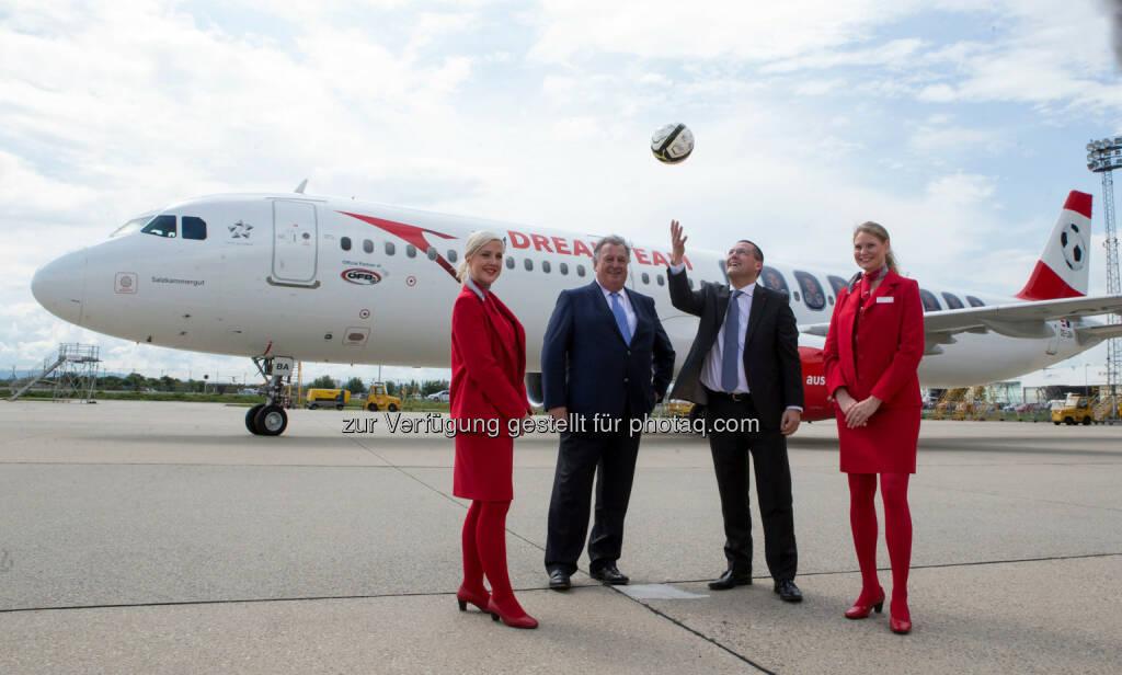 Alfred Ludwig ( ÖFB Generaldirektor), Heinz Lachinger (Austrian CFO ), begleitet von Austrian Staff : Austrian Airbus im Zeichen des Fußballs : Fotocredit: GEPA pictures/Austrian Airlines, © Aussendung (03.06.2016)