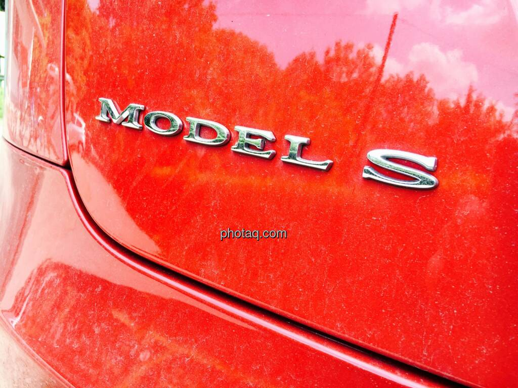 Tesla Logo Rot Model S, © photaq.com (06.06.2016)