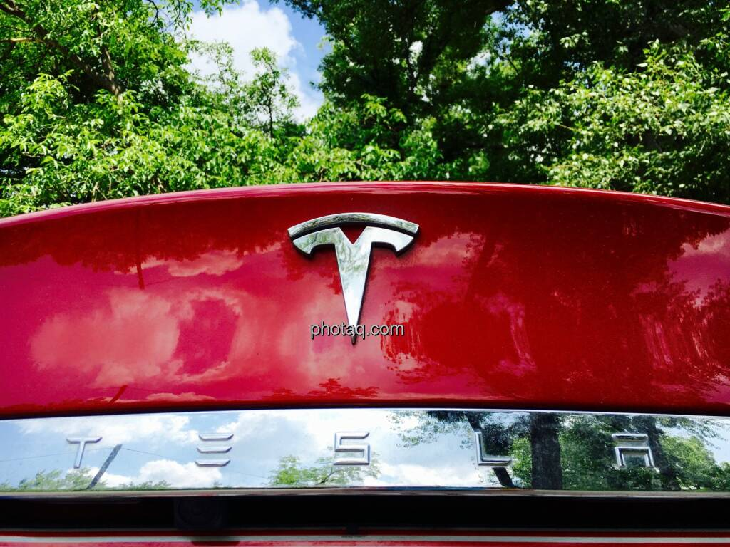 Tesla Logo Rot, Bäume, © photaq.com (06.06.2016)