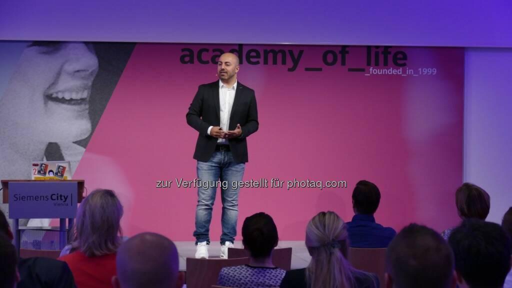 Ali Mahlodji (Jungunternehmer) : Impulsvortrag von seinem Leben und persönlichem Weg zum Erfolg für die Member der Academy of Life: Fotocredit : Siemens, © Aussender (07.06.2016)