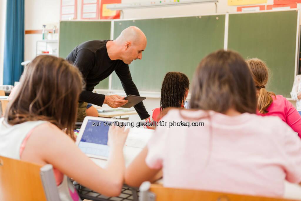 Ingo Stein (Projektleiter) in einer iPad Klasse : Erste iPad Schule Wiens: Neue Mittelschule Koppstraße II präsentiert Erfolgsbilanz : Fotocredit: Koppstraße II/Gergely, © Aussendung (08.06.2016)